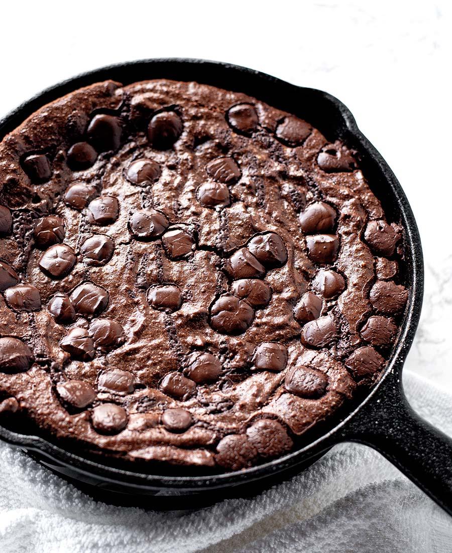 gluten free dark chocolate chip skillet brownies wiw 1.featured